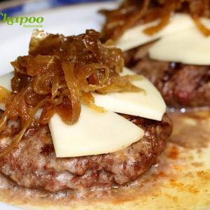 Hamburguesa con cebolla y queso fundido