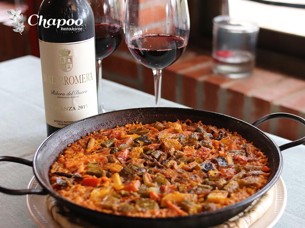 Paella con Verduras acompañada con Vino Mataromera